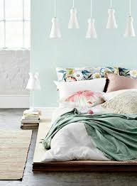 chambre bleu pastel adopter la couleur pastel pour la maison lustre blanc les