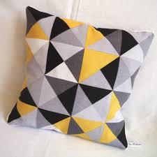coussin canapé design photo de canapé avec accoudoir jaune et des coussins et plaids