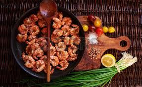 composition du sel de cuisine la composition de la crevette dans une grande poêle noir juste frit