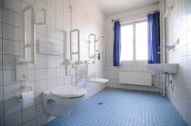 si e baignoire personnes ag s aménager la salle de bain et les wc pour senior ou personnes en