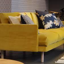 canapé jaune moutarde décoration tendance avec canapé jaune moutarde en velours et