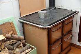 fourneau de cuisine fourneau brûlant en bois dans une cuisine d une maison de montagne
