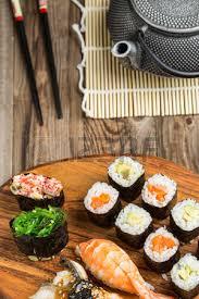 cuisine japonaise santé rouleaux à l avocat et au thon sushi gunkan dans l ensemble photo
