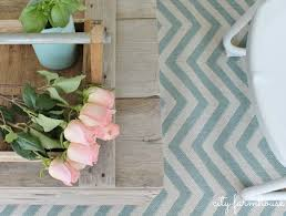 how to turn a vintage crate into a coffee table with casters and cf chevron porch rug