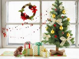download 1600x1200 cute mini christmas tree and wrapped gifts