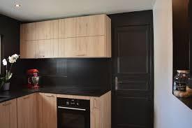 mur noir cuisine nouvelle cuisine bois et noir so chic la déco by ll