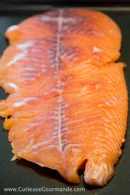 cuisiner un filet de saumon saumon fumé maison au vin recette curieuse gourmande