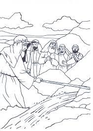 mozes slaat met de stok op de rots bijbel mozes pinterest