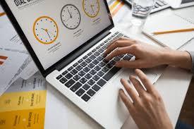 ordinateur portable ou de bureau mains femme affaires utilisation ordinateur portable bureau