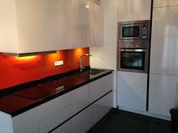 cuisine orange et noir plans pluriel granit noir et credences orange