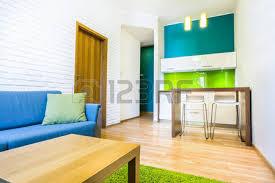 chambre d hote avec kitchenette vert chambre d hôtel avec canapé et d une kitchenette banque d