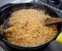 comment cuisiner du riz riz à la tomate et aux oignons recette de riz à la tomate et aux