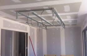 plafond suspendu cuisine plafond déco plafond ruban led descente sur ilot cuisine