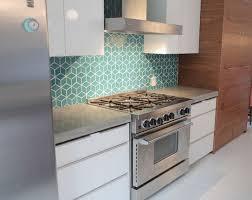 cuisine turquoise exemples de crédences de cuisine géometriques cuisine turquoise