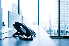 bureau ville la grand téléphonez sur le bureau avec la grande vue de ville de fenêtre
