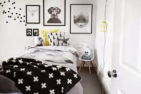 chambre noir et blanc design une chambre en noir et blanc agrémentée d un zeste de couleurs