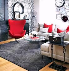 wohnung dekorieren tapeten kleine wohnung neu einrichten rote sessel schwarze akzente tapeten