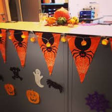 How To Decorate Your Cubicle For Halloween How To Decorate Your Desk For Halloween Desks Decorating And