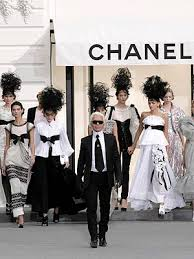 Karl Lagerfield taille un costume � Fran�ois Hollande !