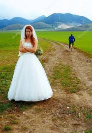 concept mariage de mariée et le marié s enfuir sur une moto concept mariage