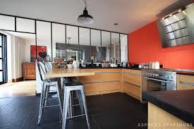 cuisine avec mur en cuisine avec verrière et mur orange décoration intérieur