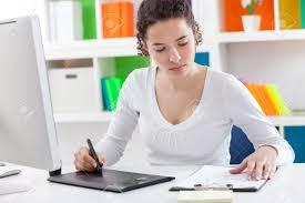 femme bureau occupé femme assise au bureau à l aide d une tablette