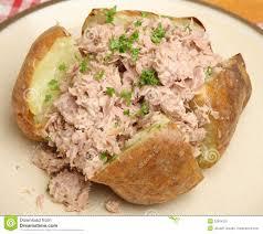 patate en robe de chambre pomme de terre faite ou en robe de chambre cuire au four avec tuna
