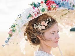 fleurs cheveux mariage ombrelle ou éventail en guise de bouquet de mariée ombrelle