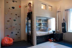 dans une chambre mur d escalade dans une chambre d enfant
