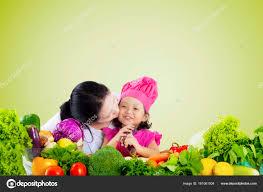 baisee dans sa cuisine femme baiser enfant avec des légumes sur la table photographie