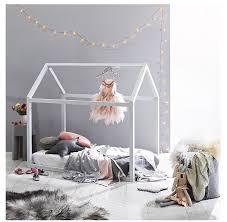 le chambre fille les objets déco en forme de maison envahissent les chambres d enfant