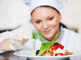 chef cuisine femme femme cuisinier chef cuisinier décoration garnissant préparé plat de