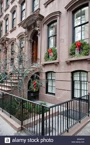 row of beautiful brownstones with wreaths decorating