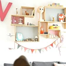 étagères chambre bébé diy une compo d étagères pastel pour chambre d enfant
