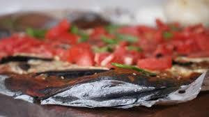 cuisiner la seiche fraiche pizza nera à l encre de seiche chignons tomates fraîches et