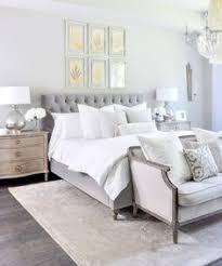 chambre taupe et gris chambre taupe tête de lit en cuir blanc capitonné et coussins