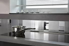 inox cuisine une crédence de cuisine adhesive miroir et inox avec metaldécor