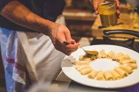 qui fait la cuisine un chef à domicile qui fait la cuisine et te sert à table avec la