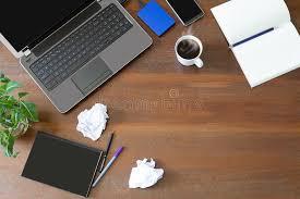 le de bureau verte ordinateur portable avec les fournitures de bureau le papier