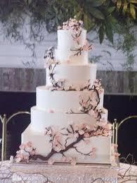 wedding cake mariage wedding cake gâteau de mariage blanc avec une cascade de fleurs