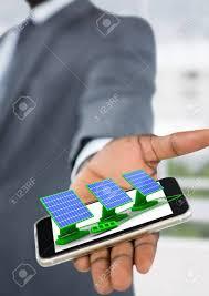 le bureau solaire composite numérique de panneaux solaires sur la de l homme d