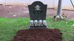 how to make a grave graveyard for halloween with