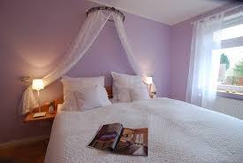 schlafzimmer flieder lila schlafzimmer gestalten 28 ideen für