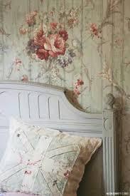 floral vintage wallpaper stairs http hannahstreasures typepad