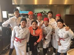equipe de cuisine une cuisine ouverte pour plus de transparence picture of