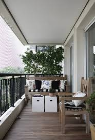 kleine balkone balkon ideen kleiner balkon weiße beistelltische holzboden