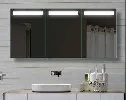 badezimmer spiegelschrank mit licht die besten 25 badezimmer spiegelschrank mit beleuchtung ideen auf