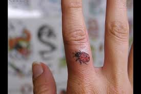 15 awesome vine tattoos for your fingers