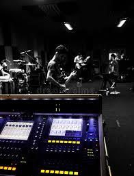 bureau d enregistrement le bureau de mélange au studio d enregistrement bande préparent à l