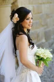 Hochsteckfrisurenen Hochzeit Mit Diadem Und Schleier by Brautfrisur Für Lange Haare Mit Schleier Und Echten Blumen Gesucht
